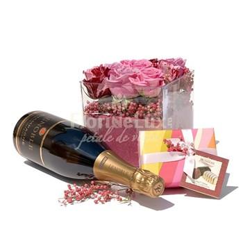 Cadouri elegante pentru Pasti: cub de sticla cu trandafiri