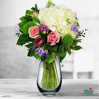 Buchet cu hortensie si trandafiri